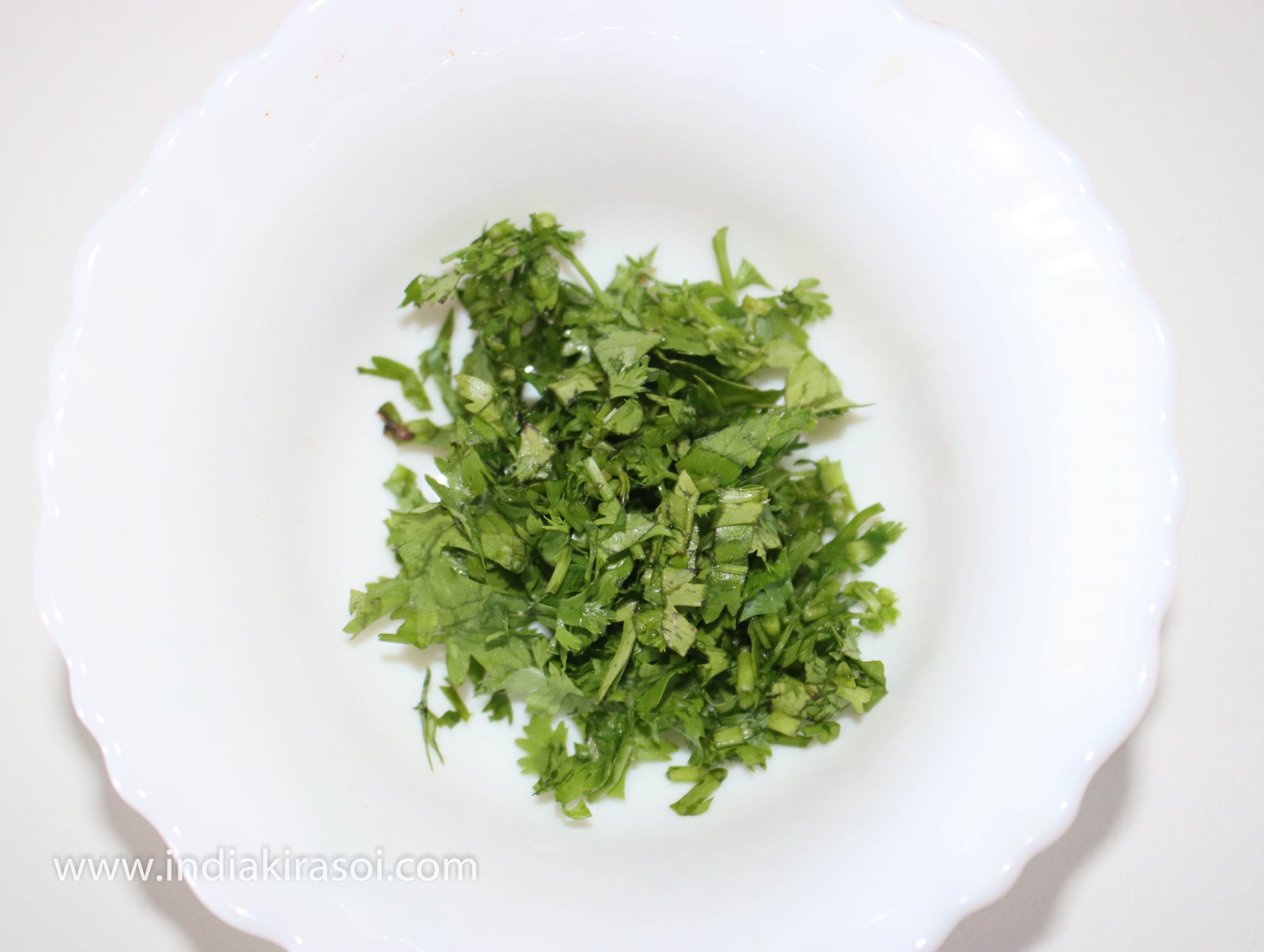 Take 2 tsp of finely chopped green coriander leaves.